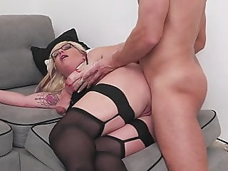 Mature sex bomb gets anal sex from lucky boy anal spankwire blowjob